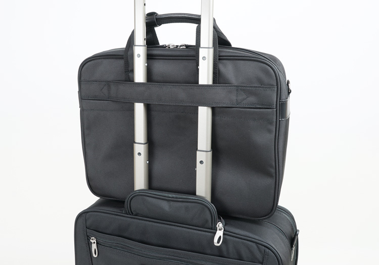 キャリーセットアップ機能でスーツケースの上にも載せられる