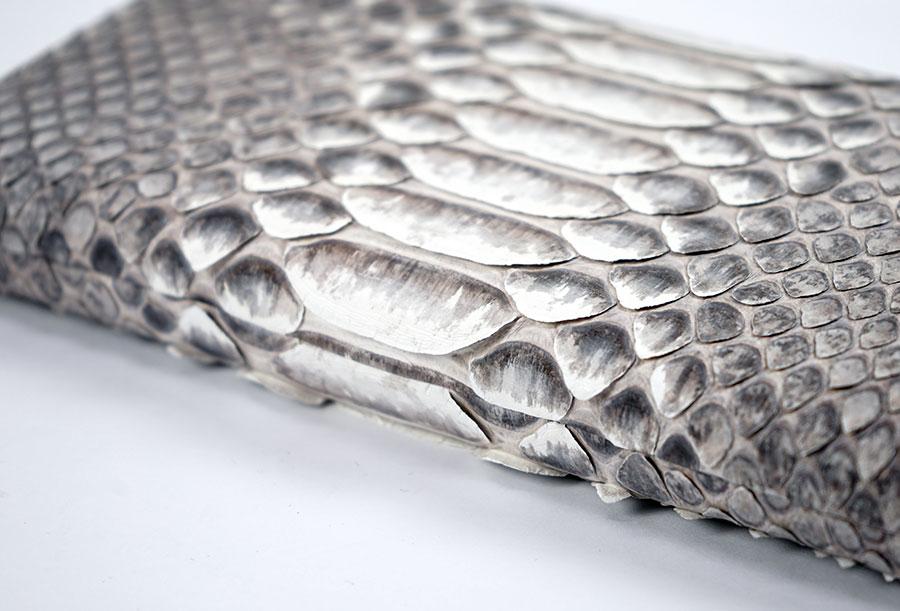 ダイヤモンドパイソン ヘビ革財布ウロコの質感